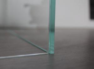 Glas mit geschlifenen Kanten