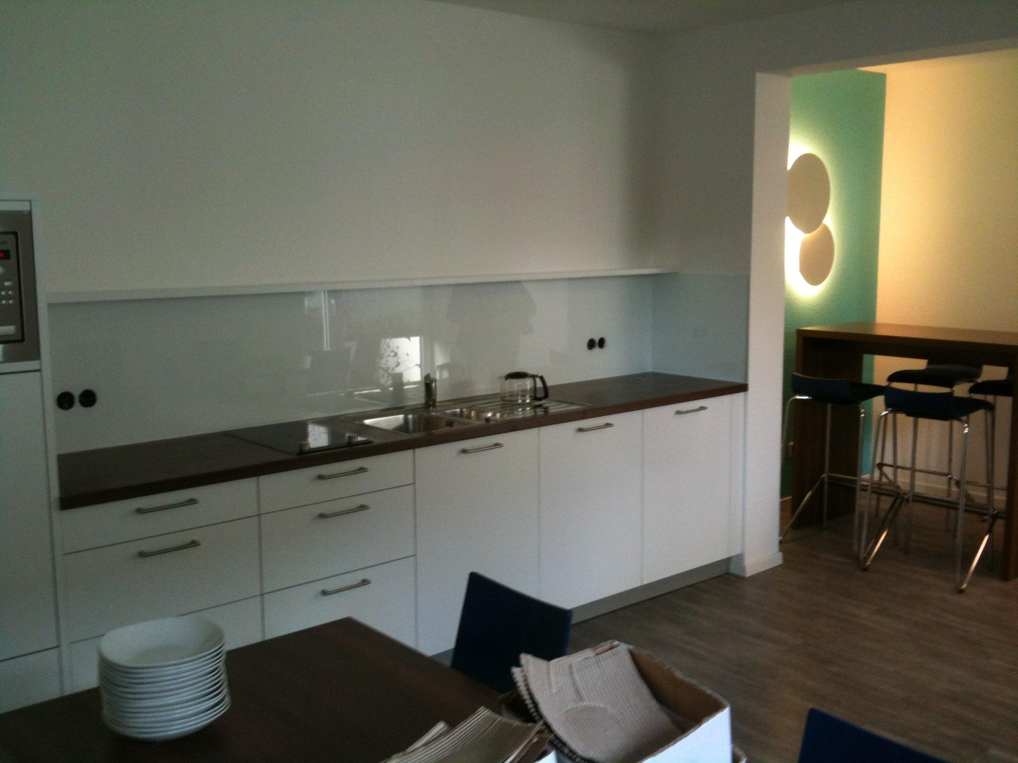 Lackiertes Glas 4mm weiß RAL 9003 geschliffen | Küchenrückwandglas ...